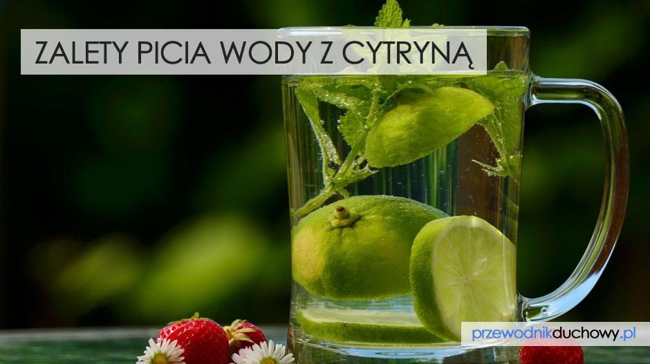 Zalety picia wody z cytryną